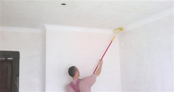 Как красить потолок?